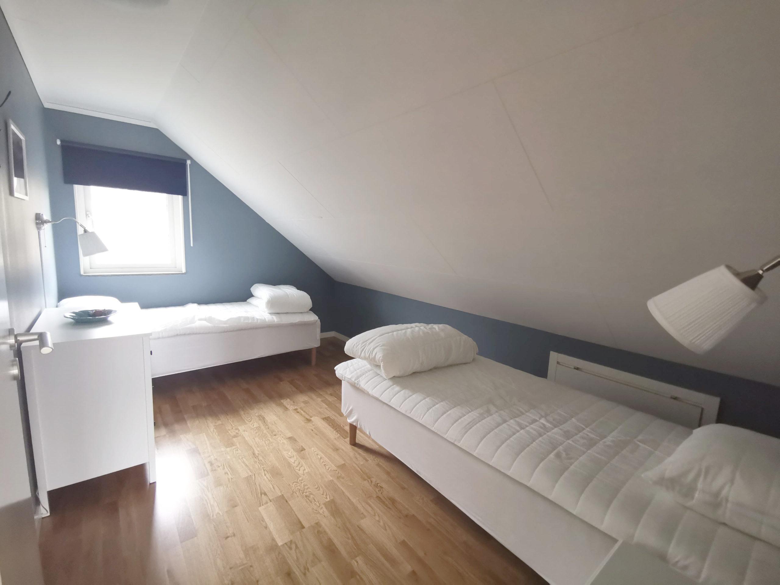 Bild på sovrum med enkelsängar i stuga på Basunda Gård