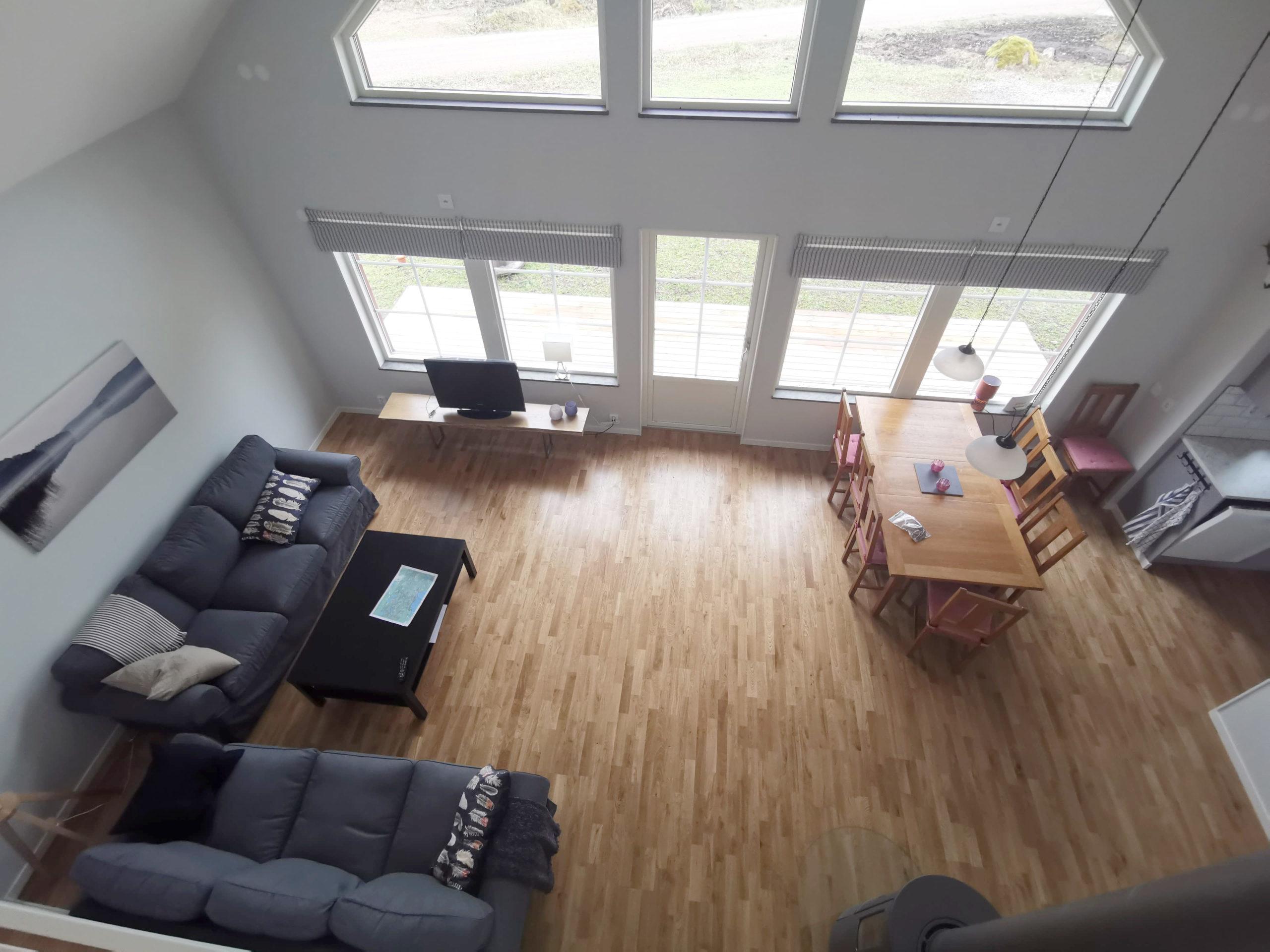 Bild på vardagsrum från stuga på Basunda Gård